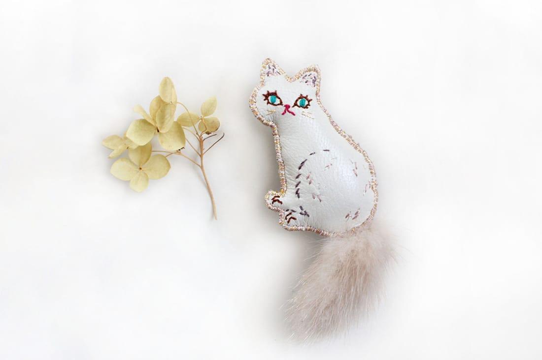 caraculさんの白猫ブローチ