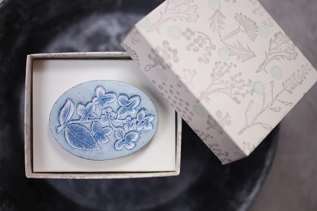 yofukashi drawerさんの陶土の草花ブローチ