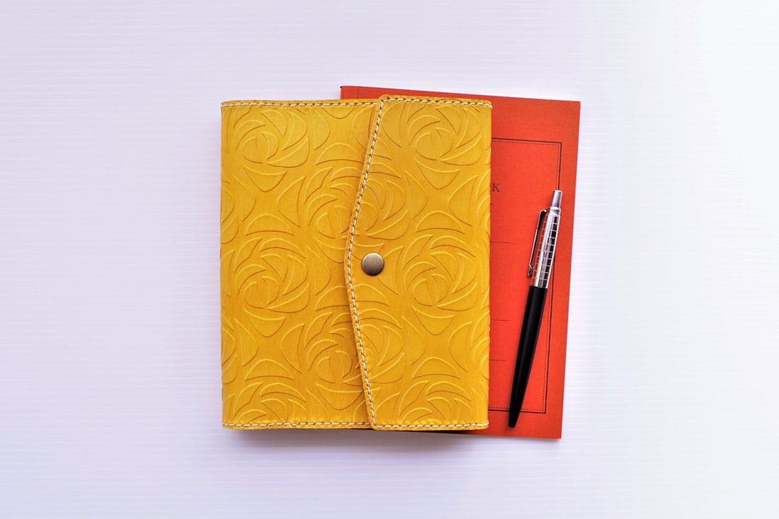 il legameさんの花柄型の牛革手帳カバー