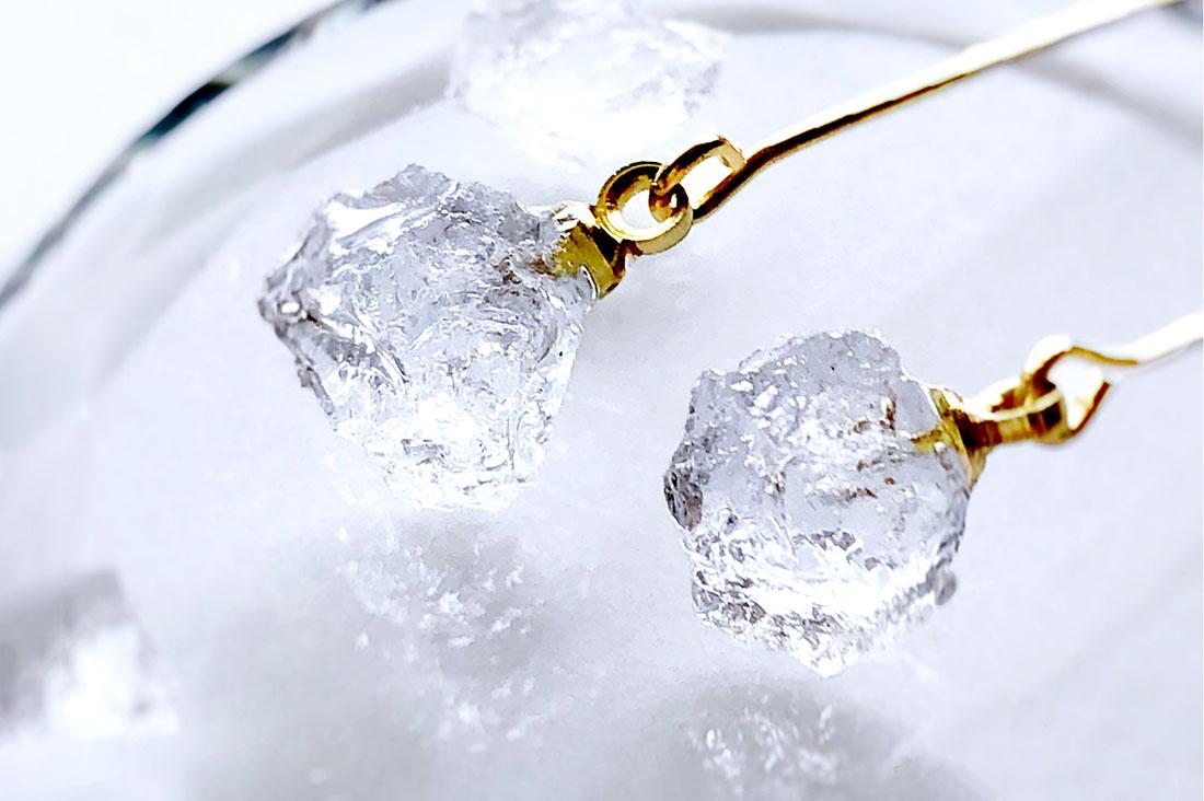 MINATO DESIGN SHOPさんの小さな氷のイヤリング