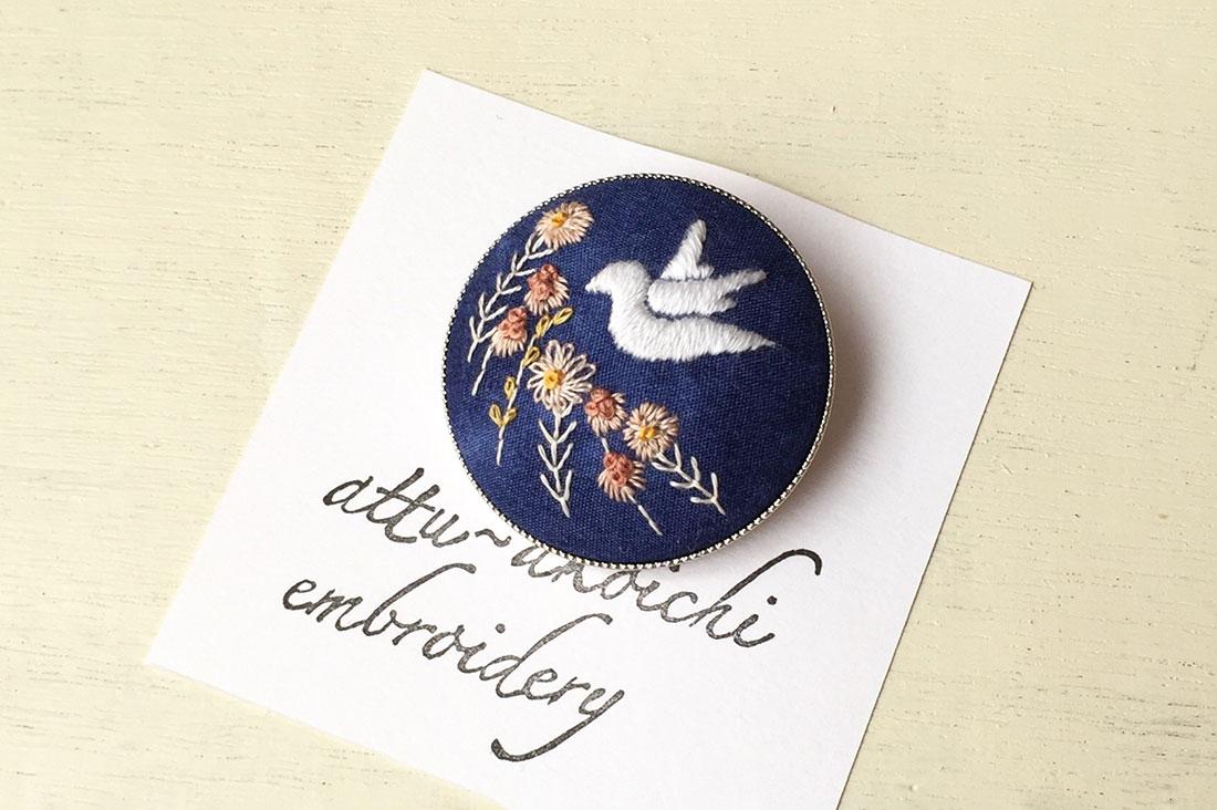 akoichi embroideryさんの手刺繍のブローチ