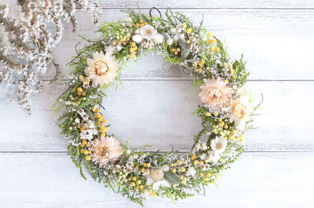 atelier de *koreさんのミモザと野花のナチュラルリース