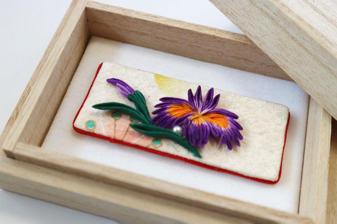 hanoshizuku いち花さんの帯留めさんのツバメと白い小花の輪帯留