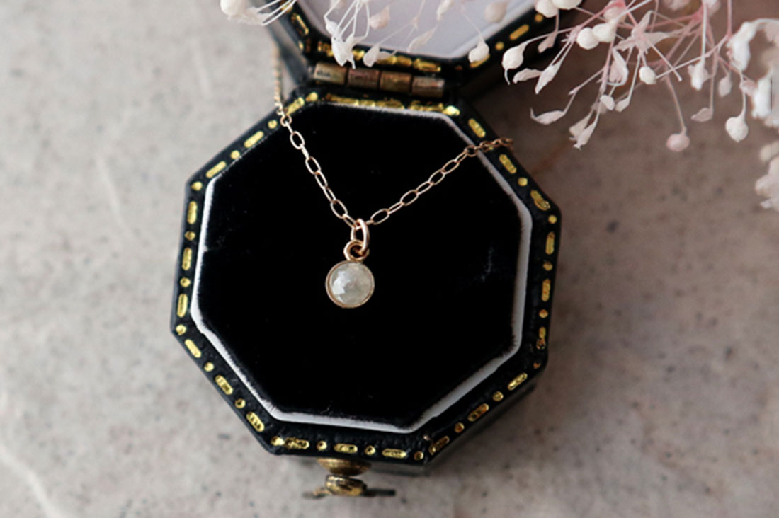 mignonsさんのホワイトダイヤモンドの一粒ネックレス