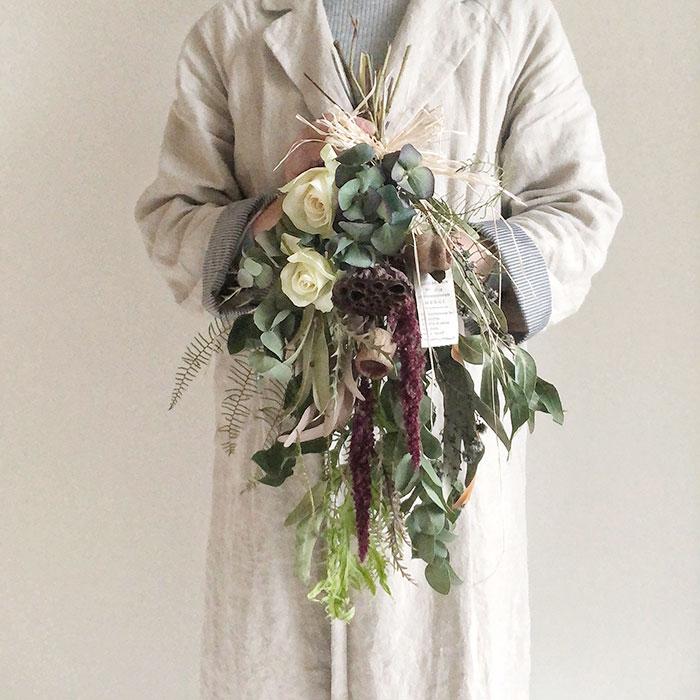 良秋Ryosyuさんの白バラと紫陽花のスワッグ