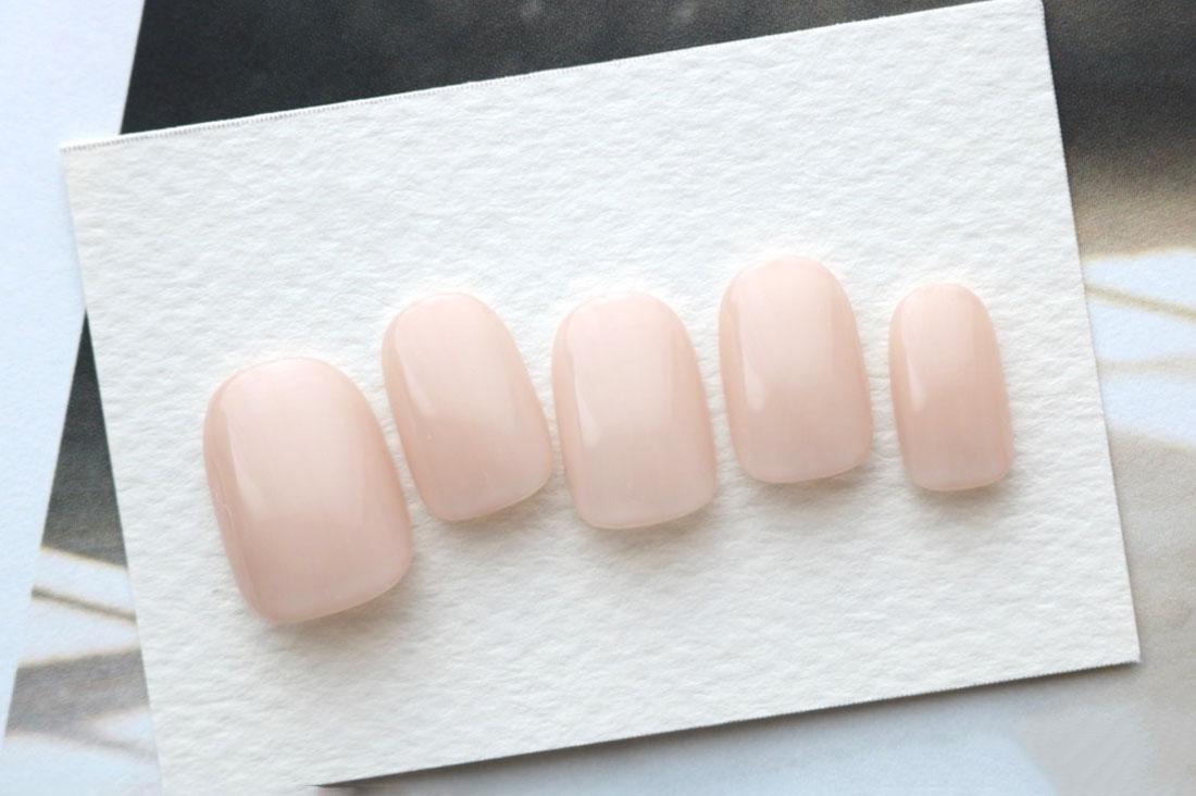 Annaffiare 1〜3日以内に発送さんのシアーグレイッシュピンクのワンカラーネイルチップ