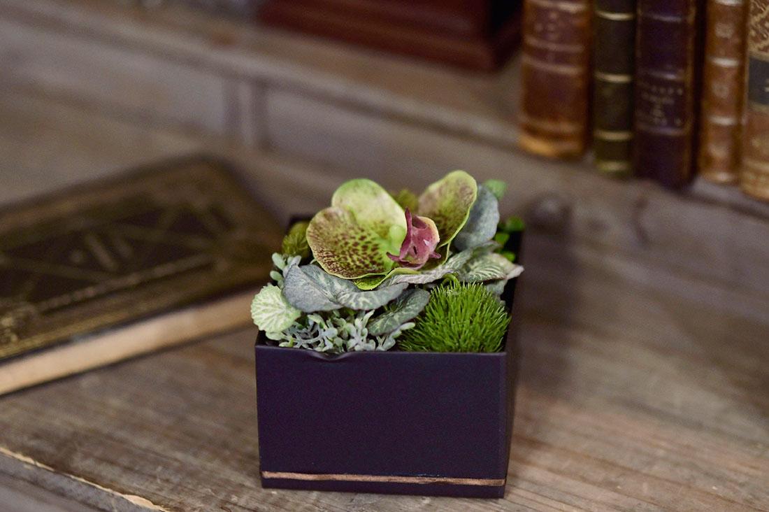 Polarisさんのグリーンの葉と花のボックスアレンジメント