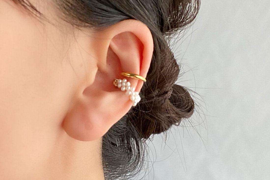 CAK-accessoryさんのパールを編んだイヤーカフ+シンプルなゴールドのイヤーカフ