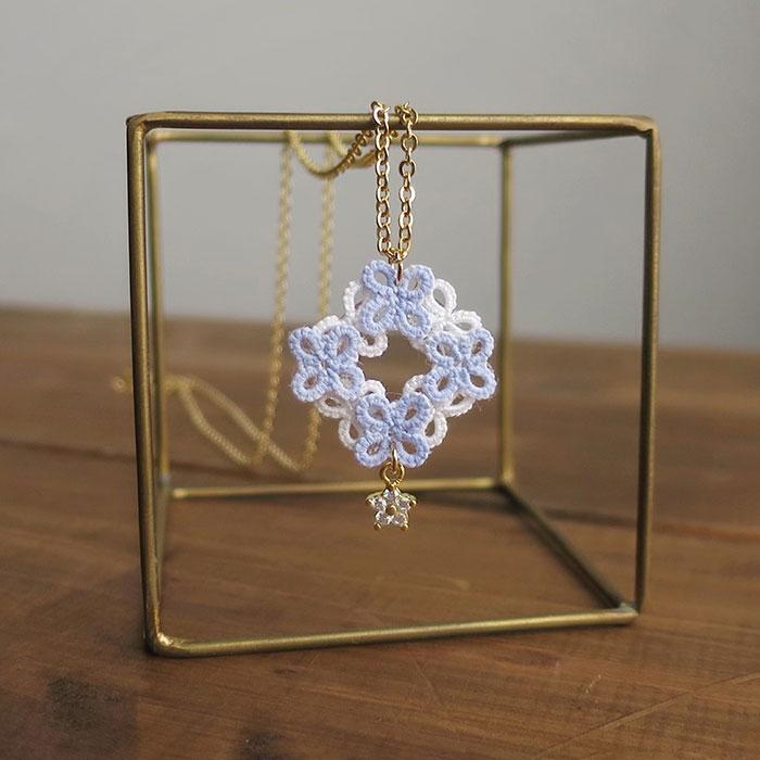 Casa Mayuさんの青と白の花のリース風ネックレス