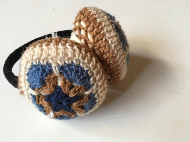 モチーフ編みのイヤーマフ(ブルー×ベージュ)