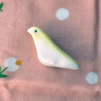 鳥ブローチ 背中は黄色