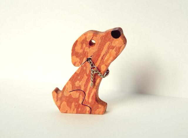 犬のブローチ(スポルテッド模様−チェーン)右向き