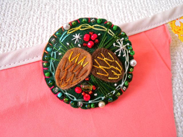 クリスマスのフェルトブローチ ふたご松の実
