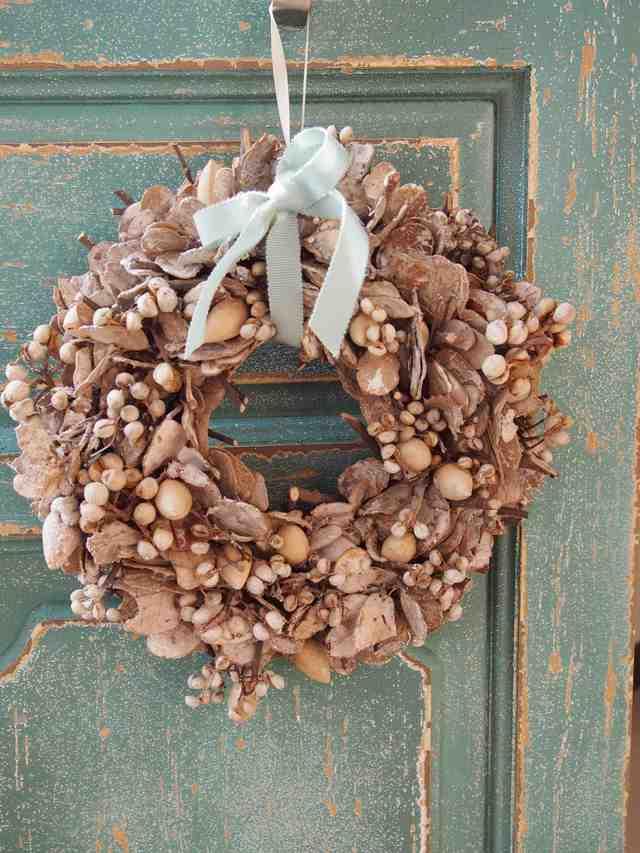 ホワイトウォッシュの木の実が素敵なクリスマスリース