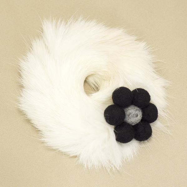 お花のラビットファーシュシュ 黒×グレー