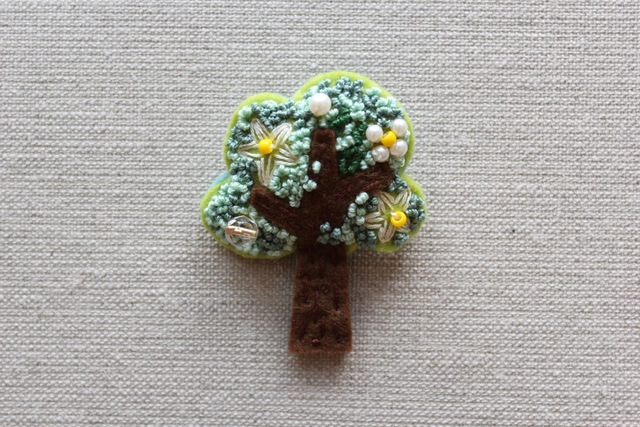 木のブローチ 白い花咲く木