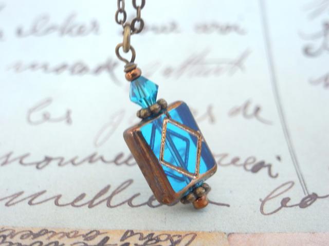 ミニチュアの古い洋書の様なひし形模様の長方形ビーズのネックレス