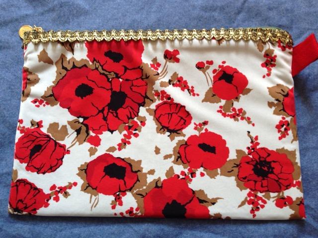 紅い花のポーチ