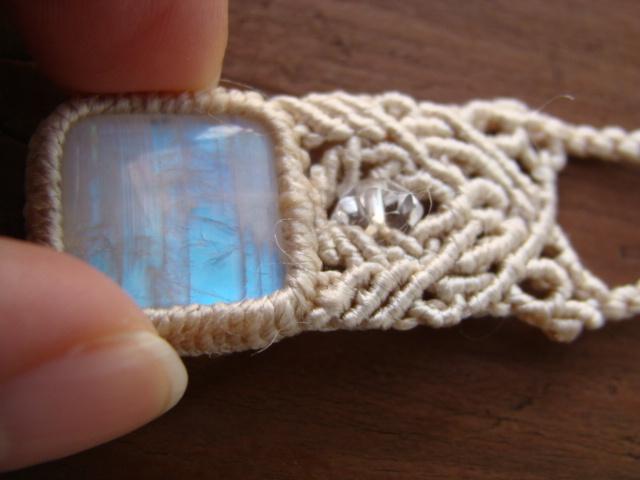 ホワイトラブラドライトとシルクコードのマクラメ編みネックレス
