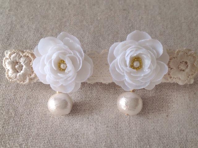 コットンパールと染め花を樹脂加工したイヤリング(ホワイト)