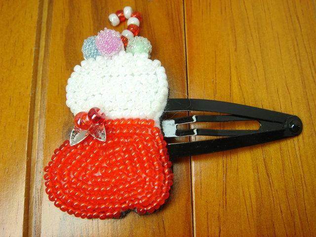 ビーズ刺繍のクリスマスヘアピン(ブーツ)