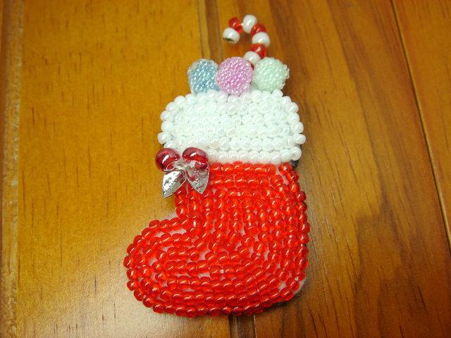 ビーズ刺繍のクリスマスブローチ(ブーツ)