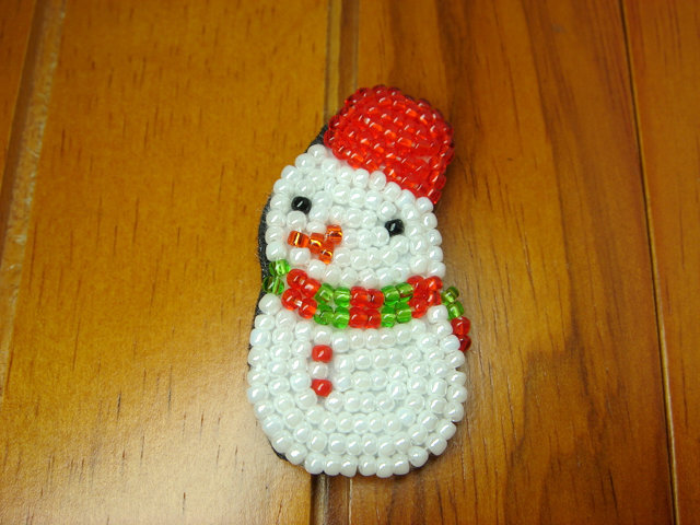 ビーズ刺繍のクリスマスブローチ(ゆきだるま)