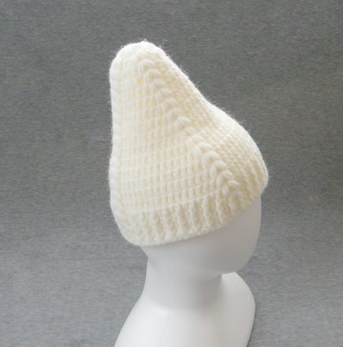 玉編みがならぶニット帽(もっととんがり)
