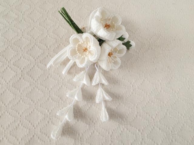 〈つまみ細工〉藤下がり付き梅三輪とベルベットリボンの髪飾り(白)