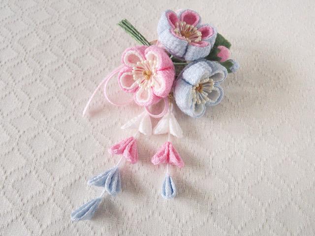 〈つまみ細工〉藤下がり付き梅三輪とベルベットリボンの髪飾り(水色とピンクと白)