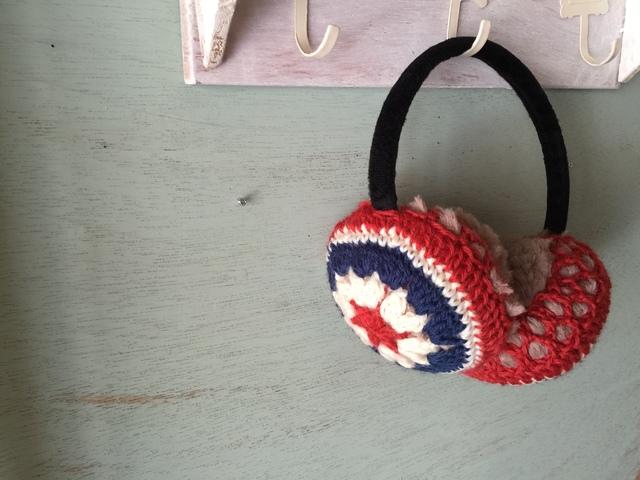 モチーフ編みのイヤーマフ(レッド×ネイビー)