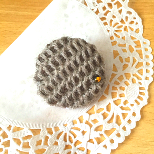 くるみボタンのニットブローチ〜茶×灰