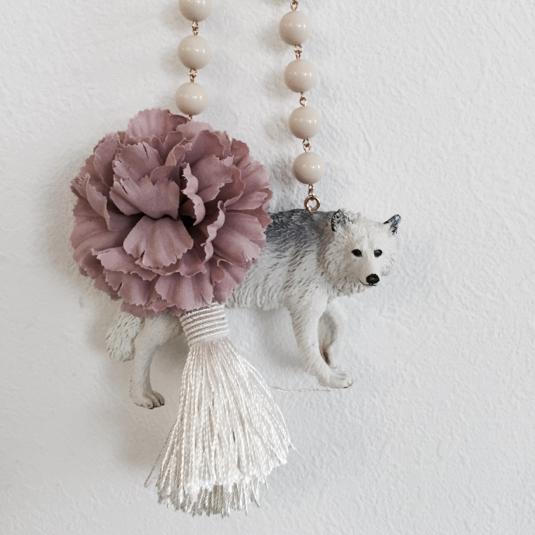 ホワイトウルフのバッグチャーム(スモーキーピンク×ホワイト)