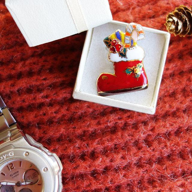七宝焼ピンブローチ(ピンバッジ,ピンズ) クリスマスのプレゼントブーツ(赤)