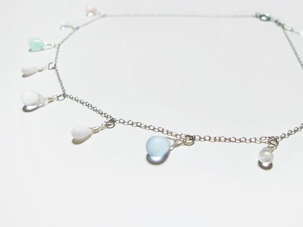 淡い雫ガラスのネックレス