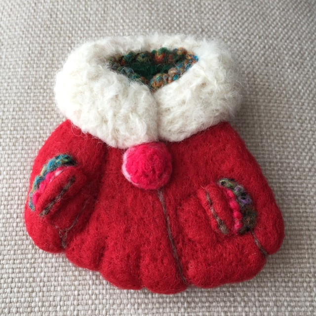 大人ブローチ159(赤いクリスマスコート)
