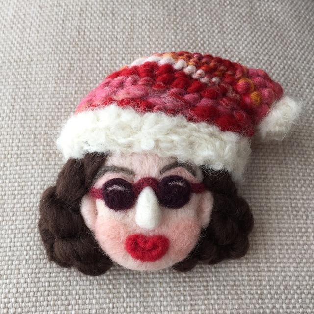 大人ブローチ160(赤いクリスマス帽子さん)