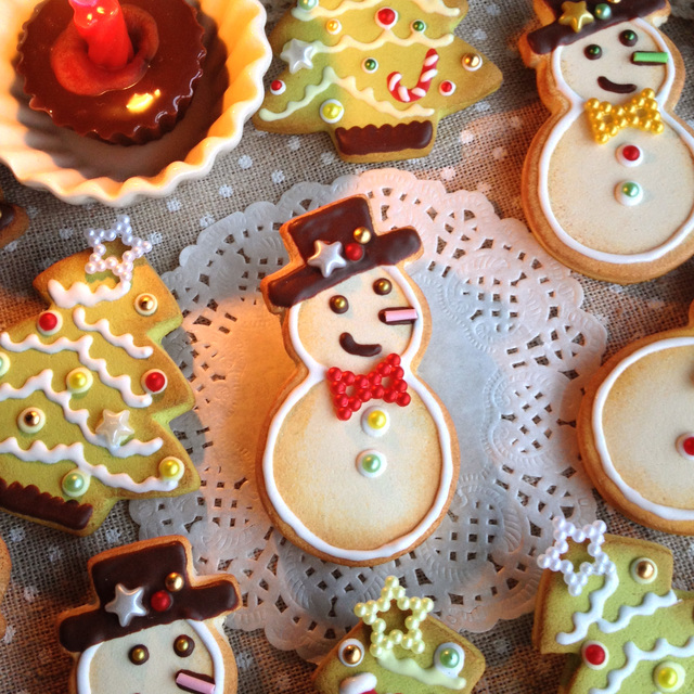 スノーマンクッキーのブローチ★赤ネクタイ