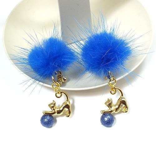 *ブルーのファーと遊ぶ猫*イヤリングorピアス