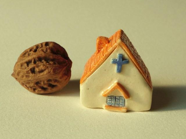 陶の家−小さなオレンジ色の屋根の教会