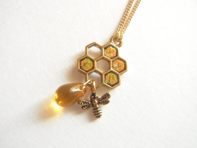 蜜蜂とはちみつと蜂の巣のネックレス