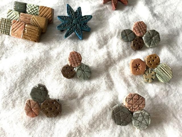 【陶土】小石ひろいブローチ