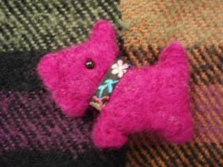テリアのブローチ(赤紫)