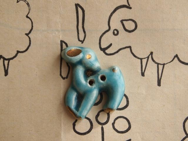 フランス 陶器製ボタン 小鹿 ターコイズブルー