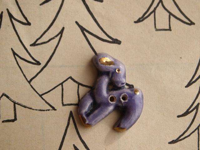 フランス 陶器製ボタン 小鹿 パープル