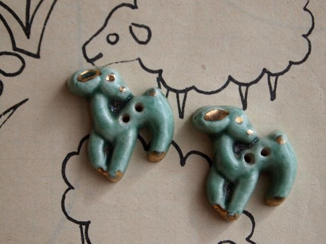フランス 陶器製ボタン 小鹿 ライトグリーン