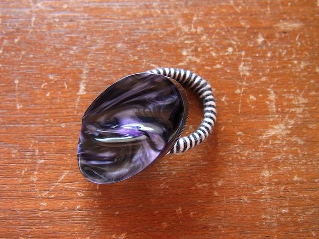 しましま糸巻きボタンリング◎セルロイドみたいな紫