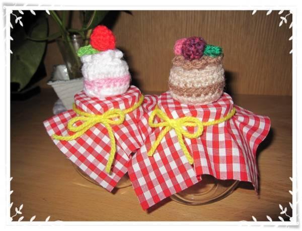 ★小瓶にいちごケーキとベリーチョコケーキをのせました★