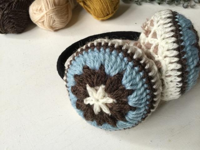 モチーフ編みのイヤーマフ(アイスブルー×ブラウン)