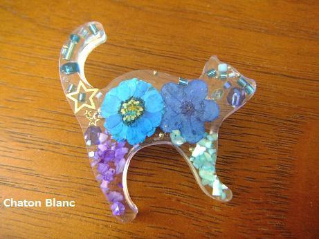 ブルーな猫ブローチ
